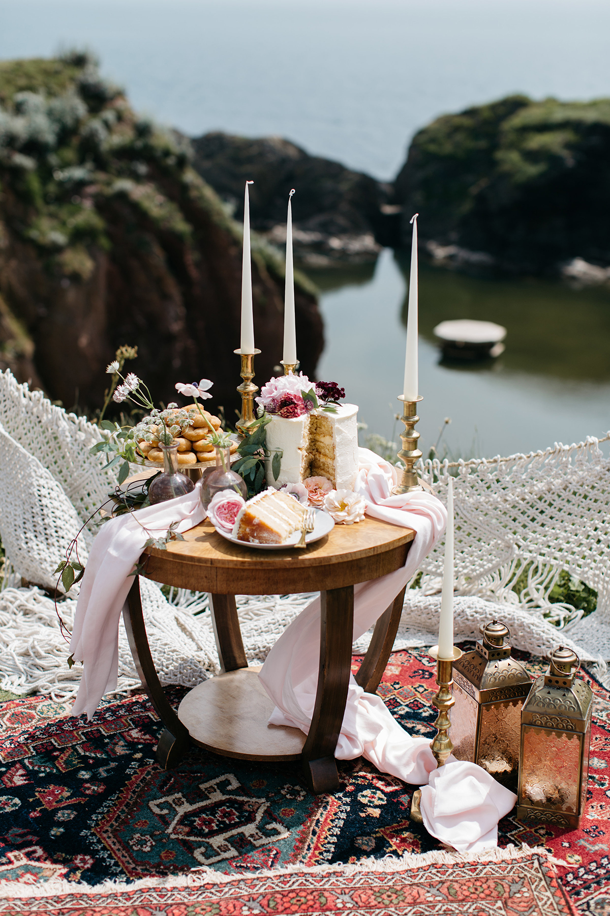 relaxed, laid-back wedding cake table styling
