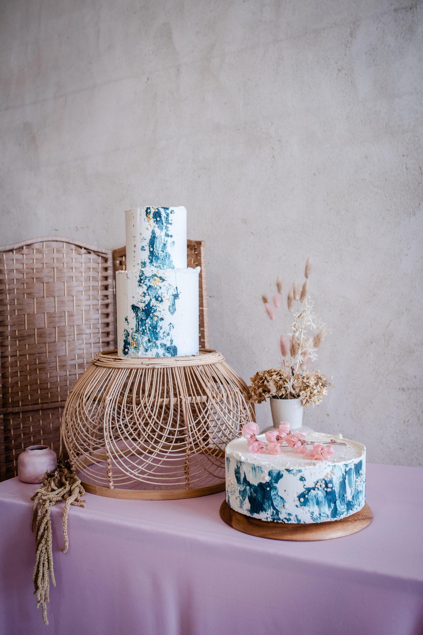 boho pastel wedding inspiration butterream wedding cake rattan cake stand dried flowers